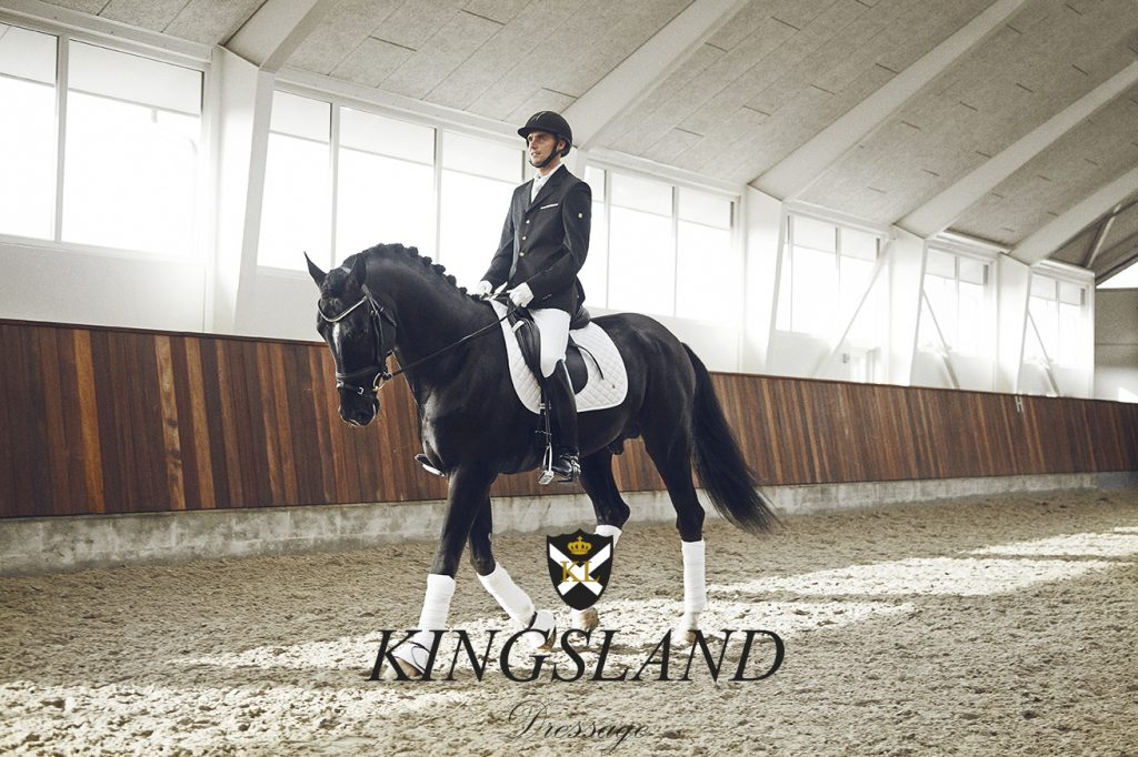 Jeździec w siodle pod czaprakiem ujeżdżeniowym Kingsland