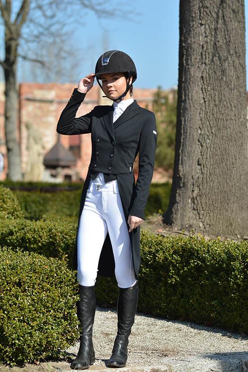 Kobieta we fraku jeździeckim typu jaskółka